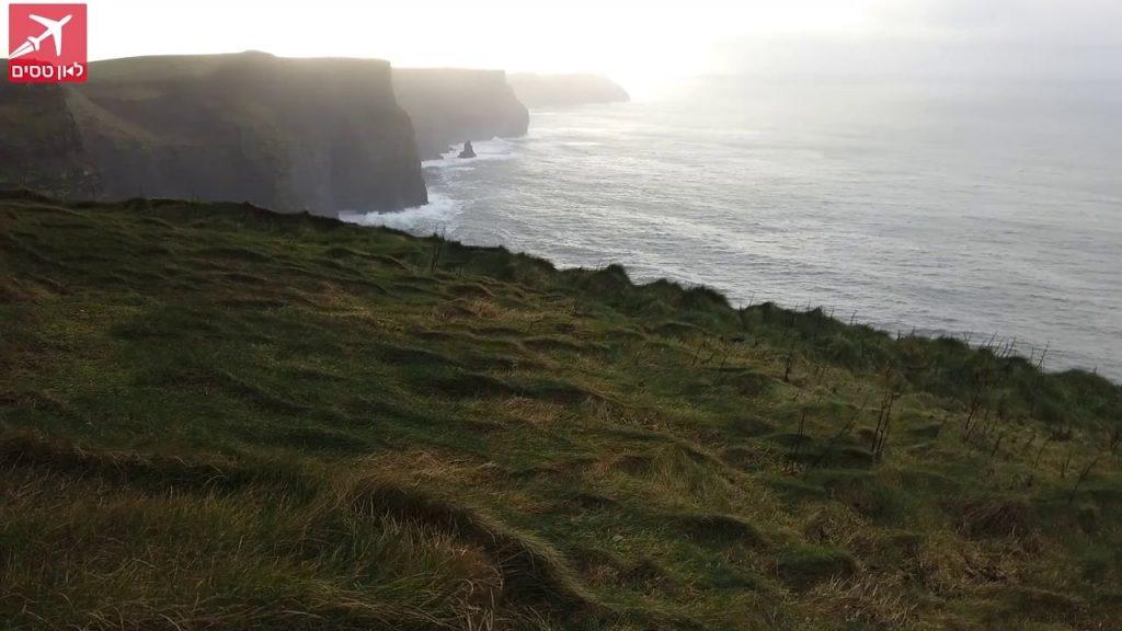 צוקי מוהר מעל גלי הים הם יעד חובה בכל טיול באירלנד