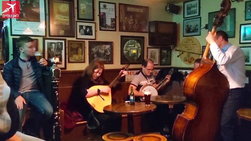 נגני מוזיקה אירית בפאב מקומי בעיירה ווסטפורט