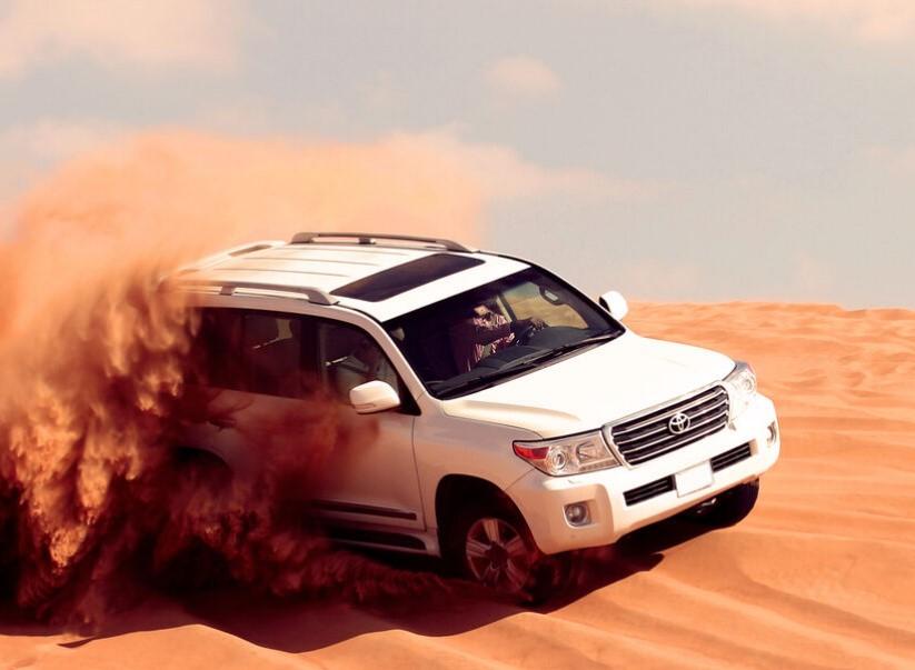 כרטיסים לאטרקציות בדובאי טיול ג'יפים במדבר, גלישת סנדבורד ורכיבה על גמלים בדובאי