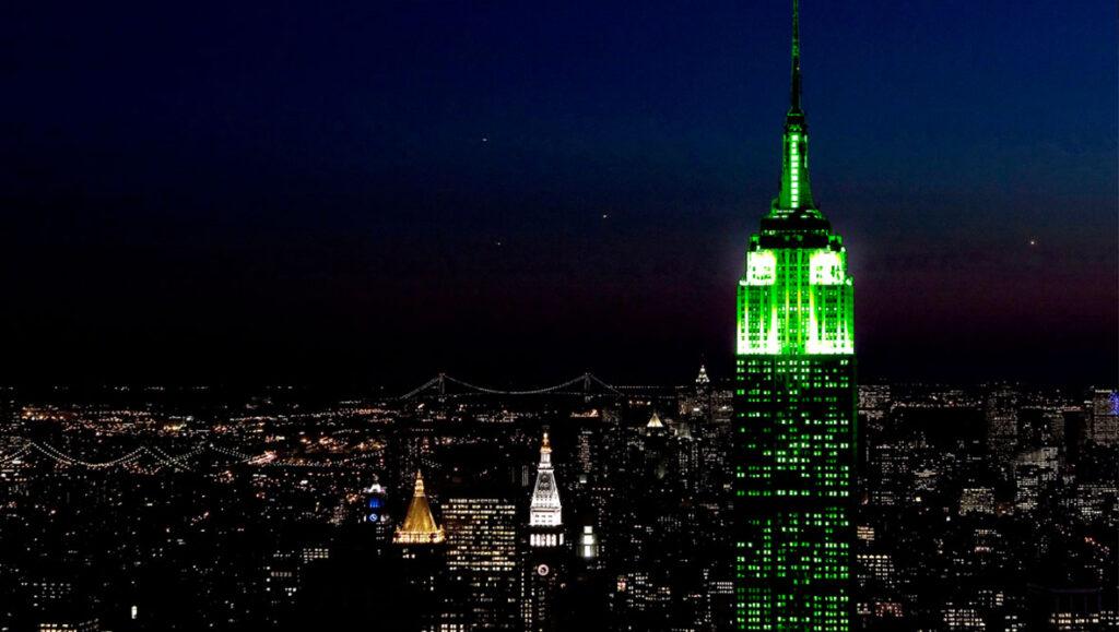 בניין האמפייר סטייט בניו יורק נצבע בירוק לכבוד סנט פטריק דיי