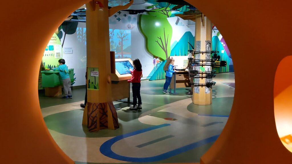 מוזיאון המדע לילדים בסופיה בולגריה עם משחקים ומסכים לנסות ללמוד ולגעת-min