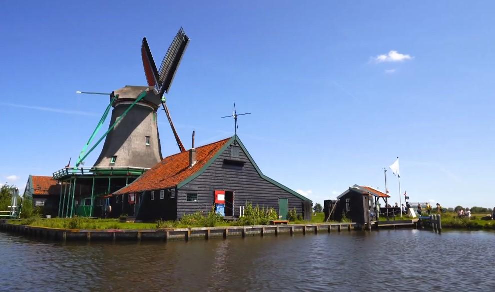 אטרקציות בהולנד תעלות וסירות באמסטרדם