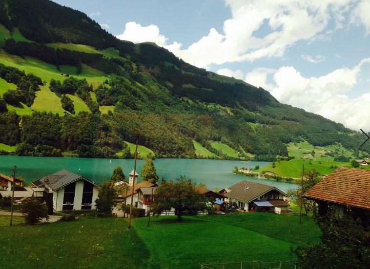 אינטרלאקן שוויץ אגם מוקף בכרי דשא ירוקים